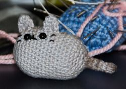 Cute Little Pusheen the Cat - Free Amigurumi Pattern here: http://www.lithigurumi.de/post/37707852170/someone-made-a-crocheted-pusheen-and-sells-it-on