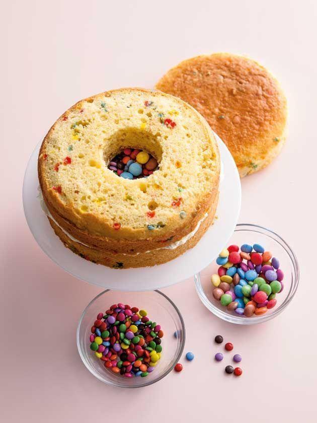 Photo of Füllen Sie die Mitte Ihres Pinata-Kuchens mit einigen Überraschungssüßigkeit…