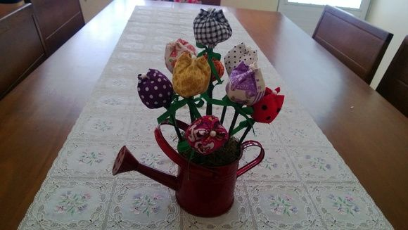 Vaso feito com base de regador (lata), com tulipas aromatizadas, tamanho pequeno, 5 a 7 flores, com grama artificial. R$ 35,00