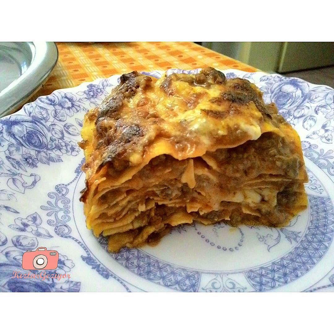 En güzel mutfak paylaşımları için kanalımıza abone olunuz. http://www.kadinika.com Dün Alins'te denediğimiz ve çok sevemediğimiz (ilerleyen postlarda paylaşacağız ) lazanyadan sonra dışarda fahiş fiyatlarla hem de çok sevemeden yediğimiz lazanyayı bu kez evde deneyelim dedik. Yapımı kolay hem de dışarda yediklerimizden bayağı bir lezzetli oldu  Biz güzel lazanya yapabilen pek bir yer bulamadık var mı bu konuda tavsiyesi olan?  .  #kizlargeziyor #lasagna