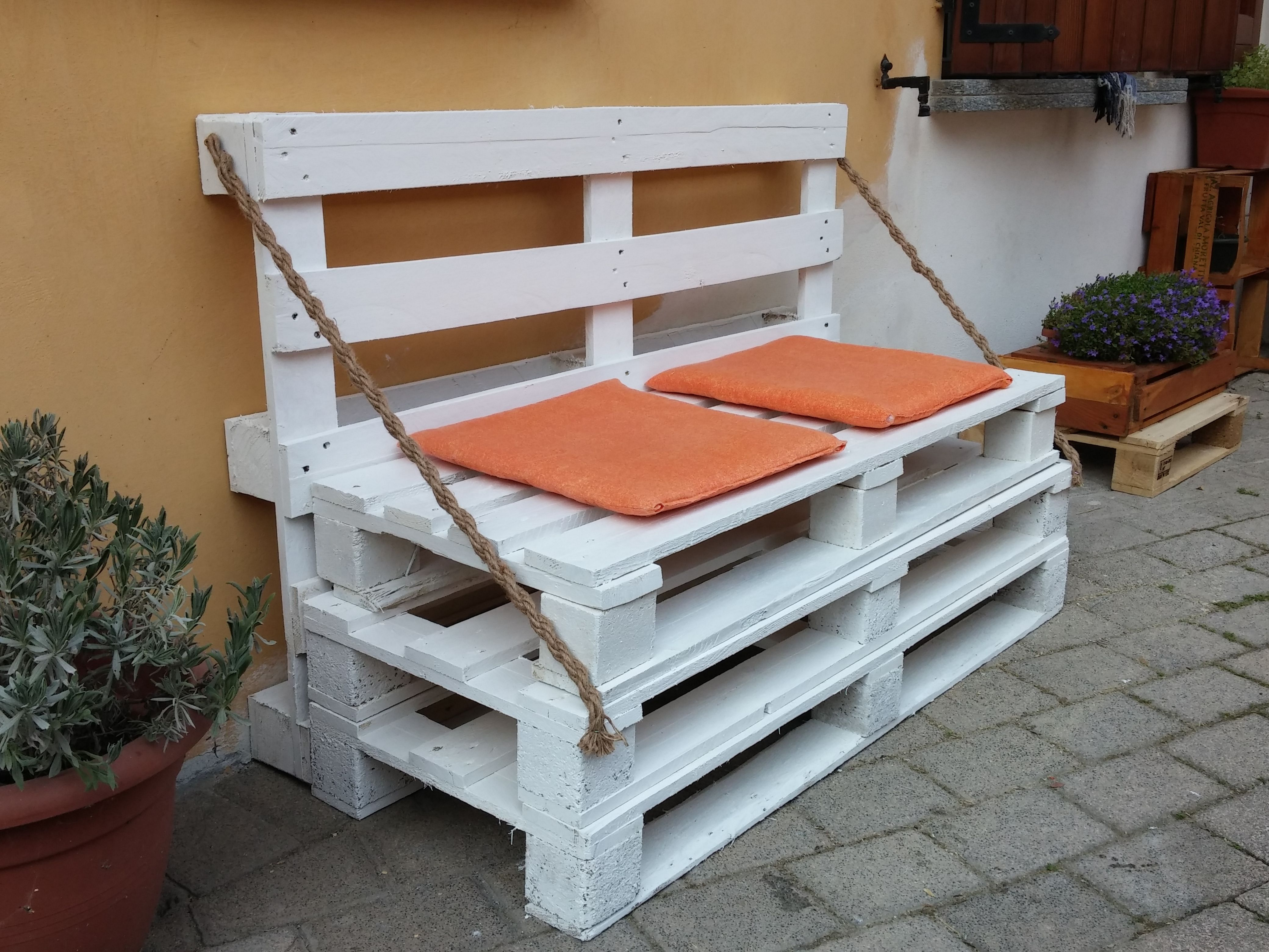 Panchina con 4 pallet colorata e abbellita solo con due - Panchine da interno ...