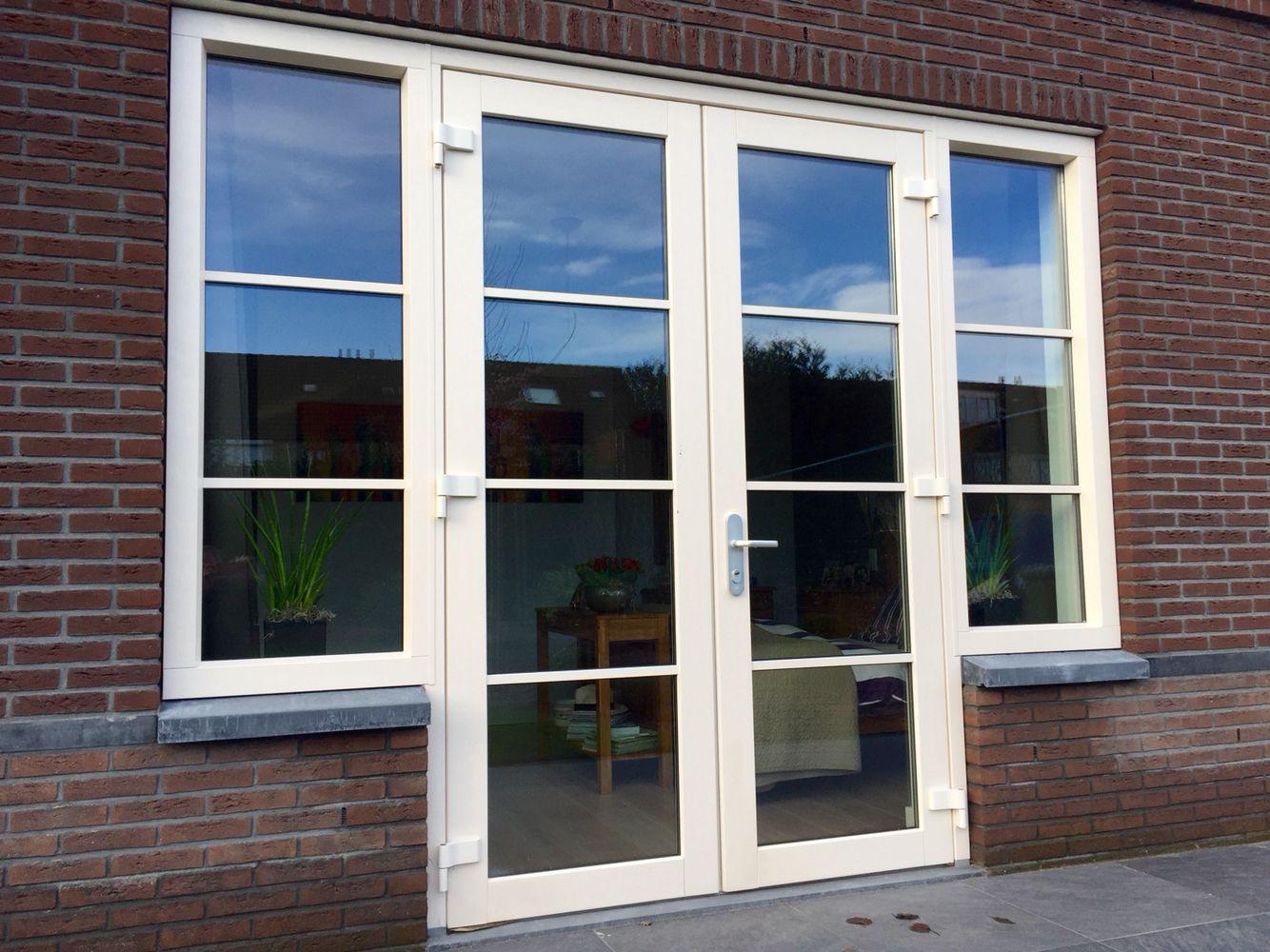 Dubbele deuren in kunststof met horizontale wienersprosse for Casa moderna zwolle