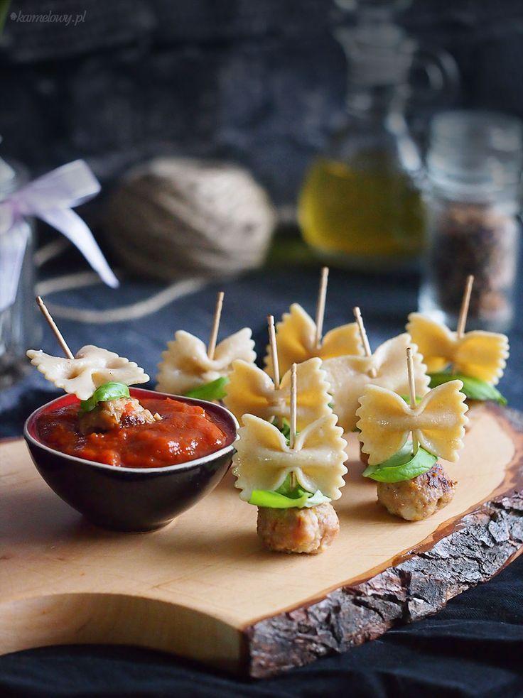 Frikadellen mit Frikadellen und Nudeln und Basilikum, serviert mit einer warmen Tomatensauce #fingerfoodpartyappetizers
