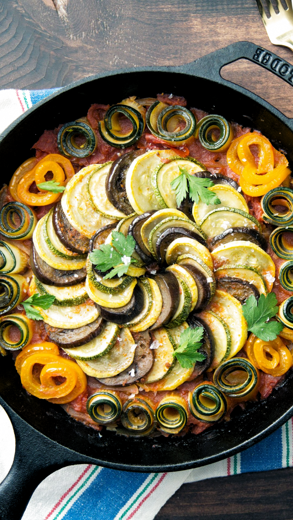 Yes This Classic French Dish Made Of Eggplants Zucchinis Squash And More Is Even Easier Than You Thou I 2020 Ratatouille Opskrift Madopskrifter Veganske Opskrifter