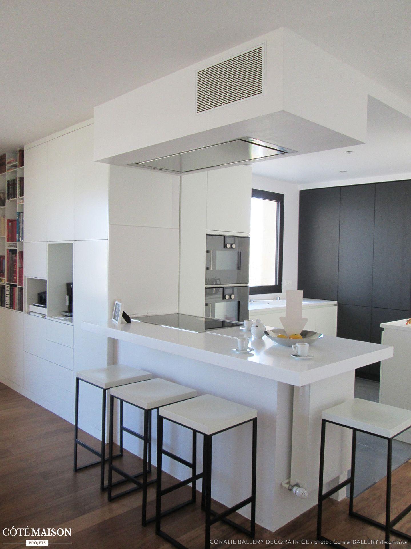 Une cuisine blanche carr e moderne apartment en 2019 - Cuisine design noir et blanche ...