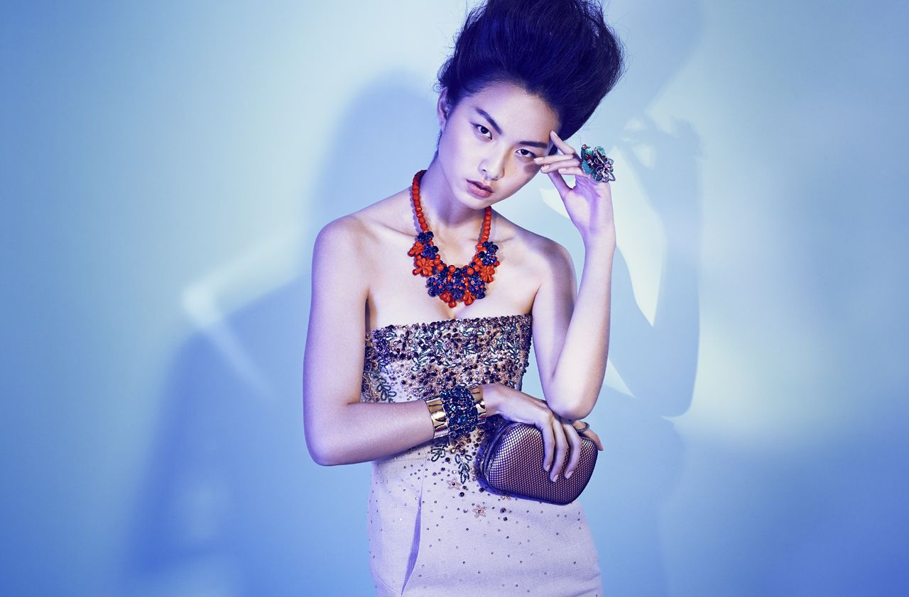 Photographer : Gyslain YARHI   www.gyslainyarhi.com   #studio #fashion #model #brune #stylist #shoot #shadow #edito #style #background #asian #bag #purse