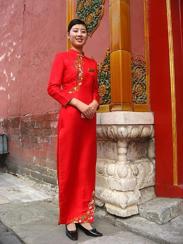 Chinese woman in traditional dress (by Vueltaa, via Flickr)
