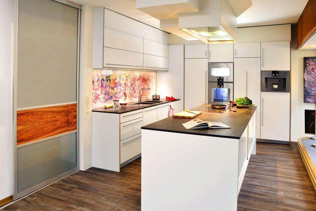 Modernistyczna kuchnia od Schreinerei Mayle Zobacz więcej na: https://www.homify.pl/katalogi-inspiracji/60847/kolory-do-kuchni-10-niecodziennych-propozycji