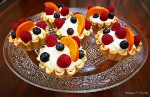 Красиво, стилно и вкусно предложение за всякакъв повод! Може да импровизирате всякак! 😍 Тарталети с крем и плодове ПРОДУКТИ ЗА ТЕСТОТО: 300 гр брашно 65…