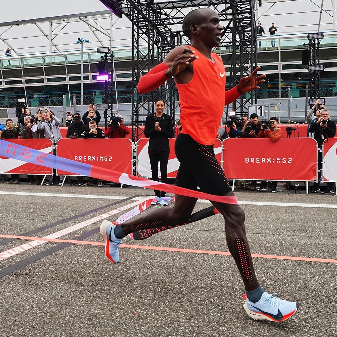 pluma eximir Injusticia  Eliud Kipchoge - 2:00:25 The barrier just got that much closer. #Breaking2  #JustDoIt | Track and field, Marathon clothes, Marathon running