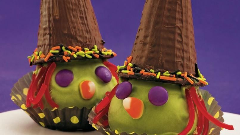 Vas a celebrar Halloween? Haz estas creativas cabecitas de bruja con pastel utilizando la mezcla para pastel Betty Crocker® SuperMoist®, frosting y icing--un postre de chocolate perfecto.