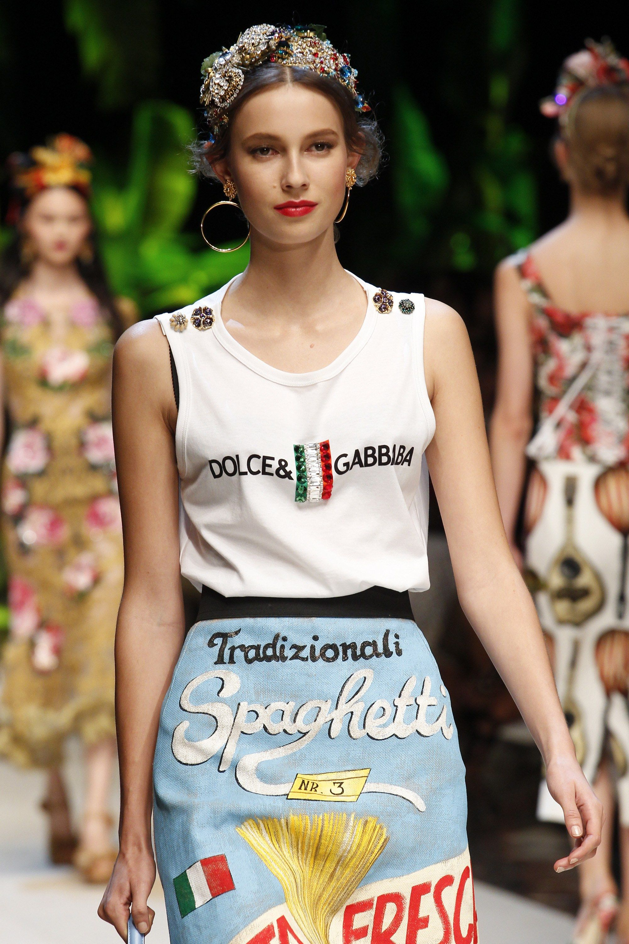 See detail photos for Dolce   Gabbana Spring 2017 Ready-to-Wear collection. 6bad53f1328