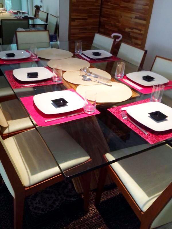 Mesa de Jantar da Viviane com o Jogo Americano Snake Pink, pronta para receber os amigos! www.704home.com.br
