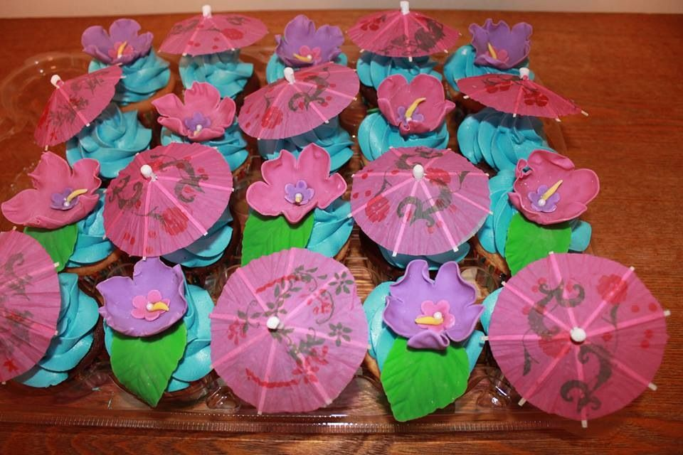 Luau Theme Cupcakes With Fondant Tropical Flowers Paper Umbrella Toppers Themed Cupcakes Cupcakes Decoration Luau Theme