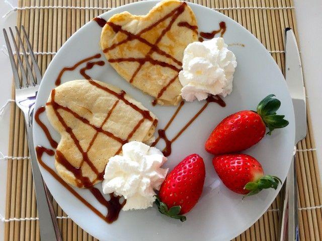 Tortitas en forma de corazón para un desayuno romántico! Hoy hemos probado hacer estas deliciosos pancakes para desayunar ¡están ricas pero el jueves volvemos a hacer hot cakes en forma de corazón y mejoramos aún la receta! jejejeje