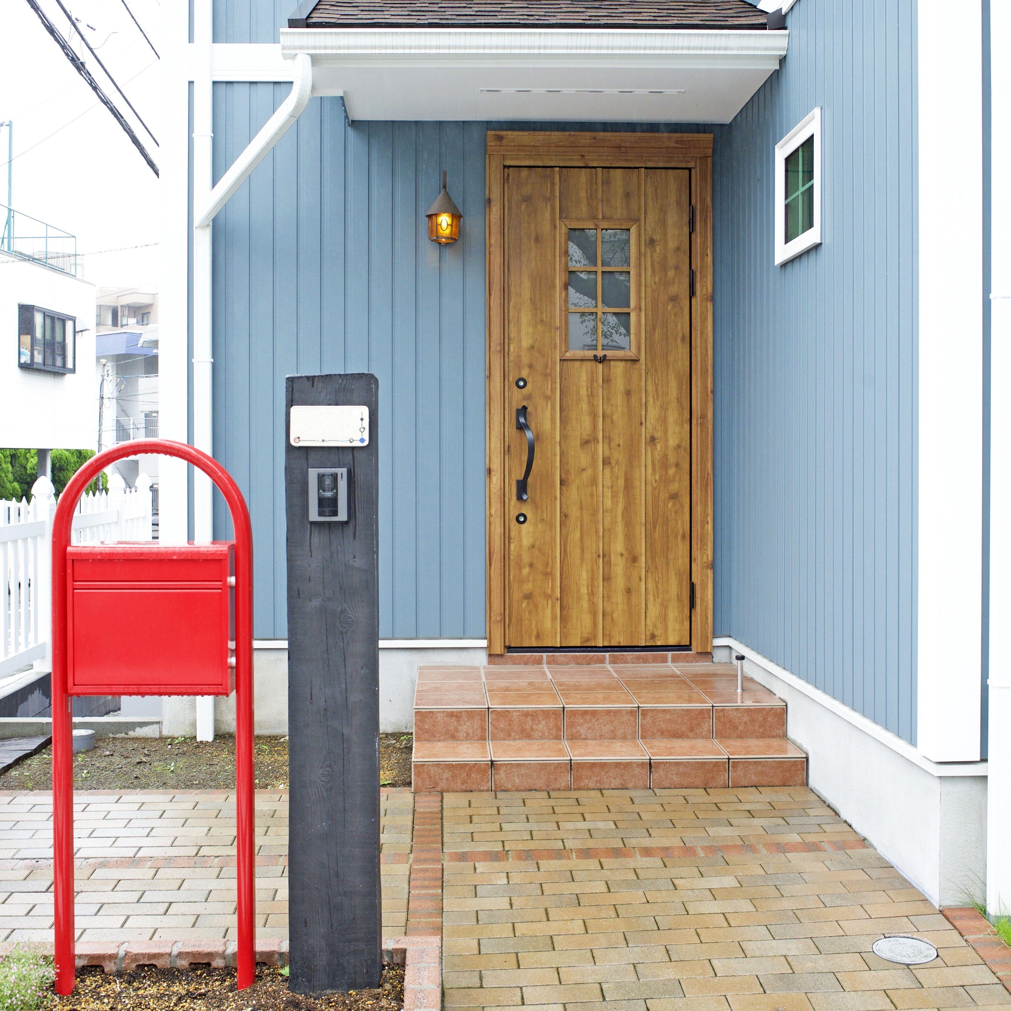 赤いポストが目印の玄関ポーチ 株式会社コグマホーム 玄関ポーチ