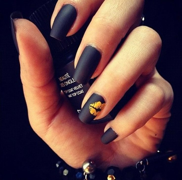 ❤ ℒℴvℯ! Matte black nails with a gold kiss mark - so cute ...