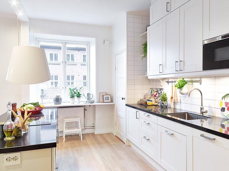 Cocina blanca suelo madera buscar con google cocina - Suelo madera cocina ...