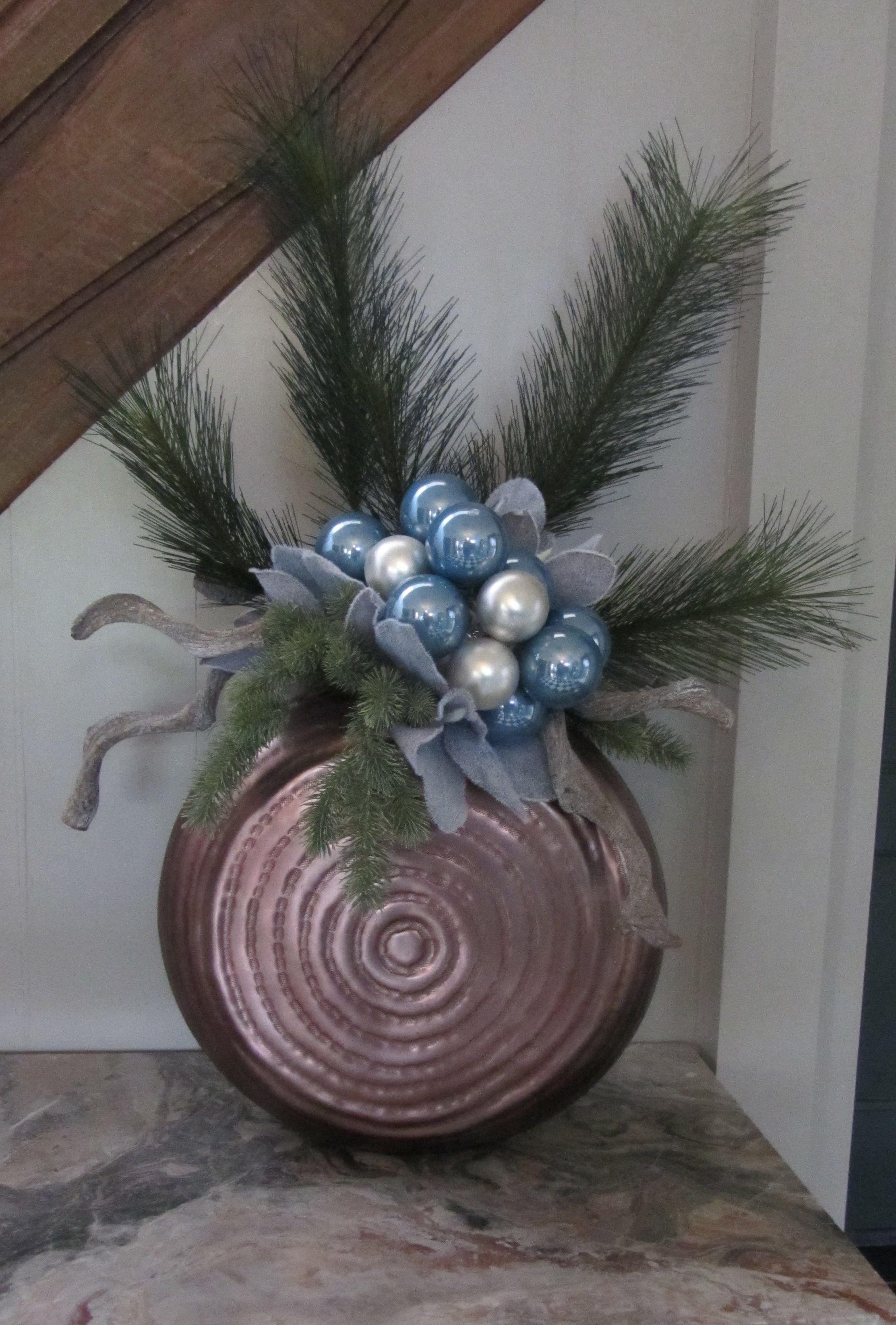 De prachtige koperkleurige ronde vaas werd als basis gebruikt voor deze zijden kerstcreatie. www.Abonneefleur.nl