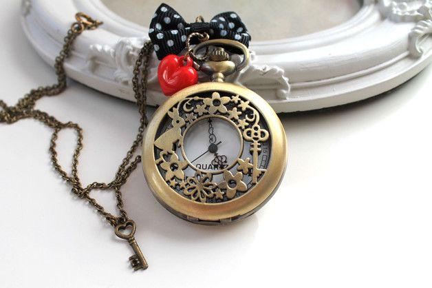 Ravissante montre #Lapin #Blanc sur une longue chaîne décorée d'un noeud, d'un coeur rouge et d'une clé coeur. #Whiterabbit