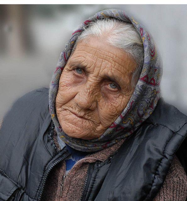 Personajes: La esposa de Indalecio veía muy vieja cuando regreso del cárcel, también tenía 6 nuevos hijos cuando regreso.