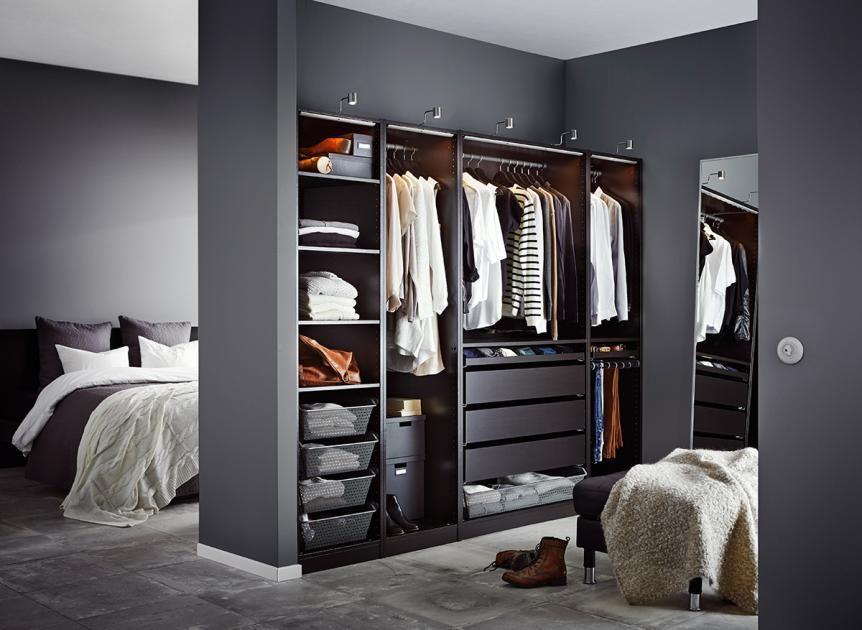Good Ein modernes Schlafzimmer mit einem offenen PAX Kleiderschrank in Schwarzbraun STRIBERG LED Lichtleisten in Aluminiumfarben und STAVE Spiegel in S u