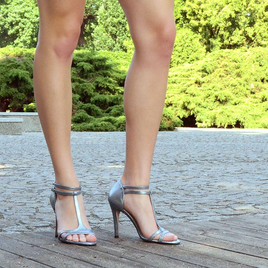 be4ff328b8add ERIN – Srebrne szpilki sandały na wysokim obcasie, pasek t-strap,  metalizowana skóra, wykończona srebrną zapinką na kostce. Wysokość obcasa:  10 cm / 3,9 ...