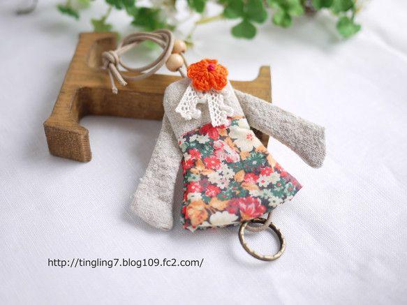 お洋服の形をしたキーカバーです 鍵の形にもよりますが、一般的なお家の鍵で1~2本収納できます。二重カンがお洋服下から出てきますのでそちらに鍵を取り付けてくださ...|ハンドメイド、手作り、手仕事品の通販・販売・購入ならCreema。
