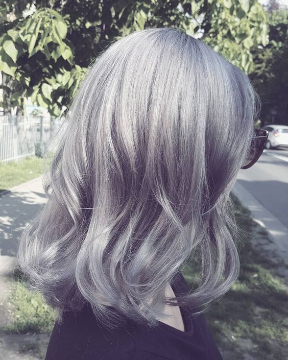 """Que tal aproveitar a nova moda e deixar tudo cinza? A tendência que tem feito a cabeça das mulheres é o """"granny hair"""" (ou cabelo de vovó), que invadiu o street style gringo.:"""