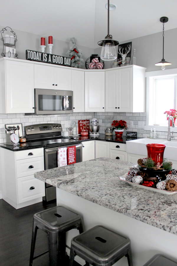 Kitchen Deco Island Ideas For Small Christmas Home Tour 2015 In 2019 Someday Remodel Love The Swirl White N Grey Quartz And Black To Back Counters Would A Glass Pearl Irradescent Sparkly Backsplash