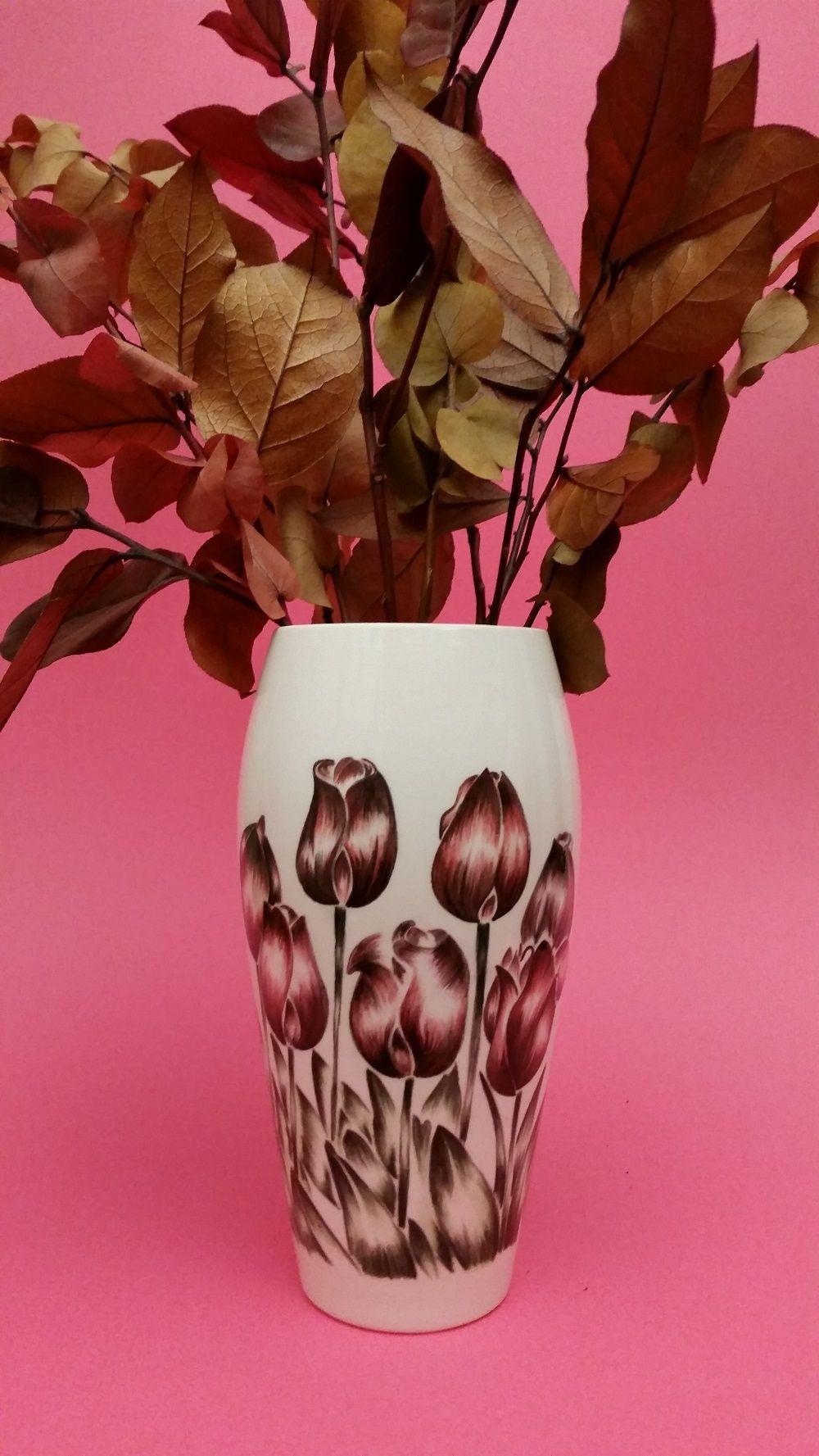 http://mercatinoartigiano.net/it/annuncio/view?id=319 Vaso tulipani ceramica - Laura  Nan  Vaso tulipani h. cm 23 diametro cm.9, dipinto interamente a mano libera su biscotto ceramico sottocristallinato e sucessivamente cotto ad alte temperature.