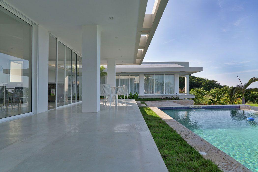 grande terrasse filante pour cette r sidence de plain pied situ e aux cara bes outdoor. Black Bedroom Furniture Sets. Home Design Ideas