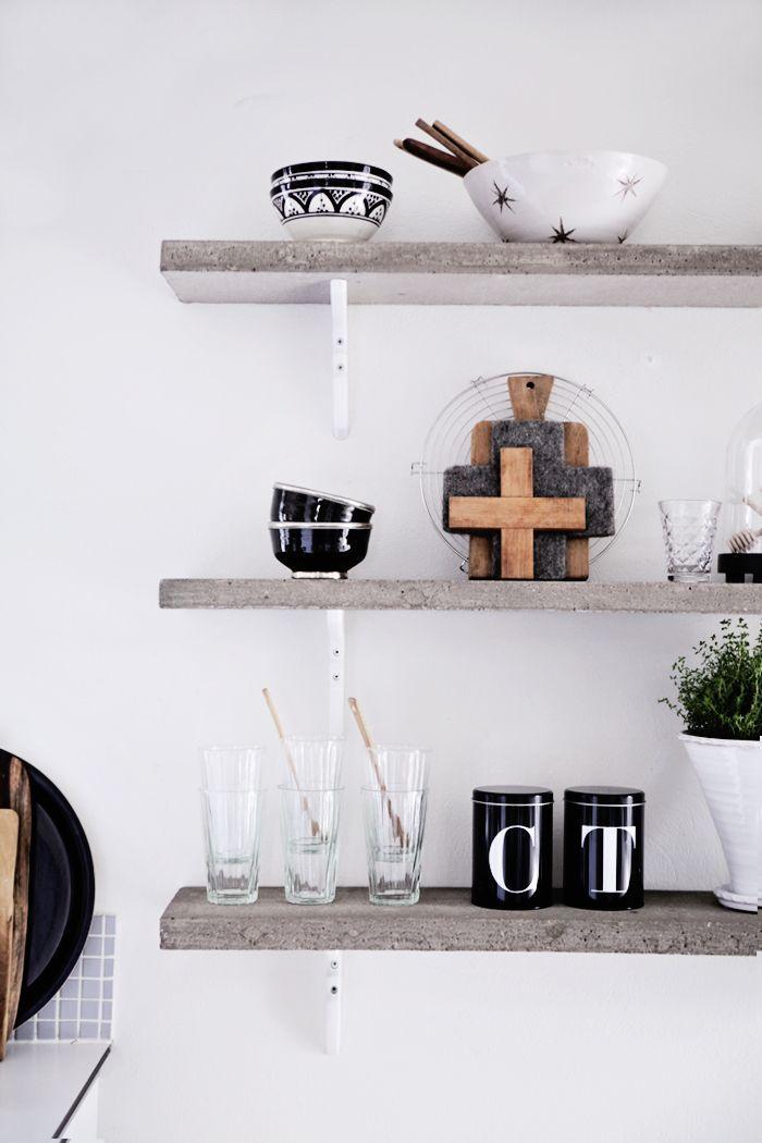 woonkamer houten planken accessoires wit
