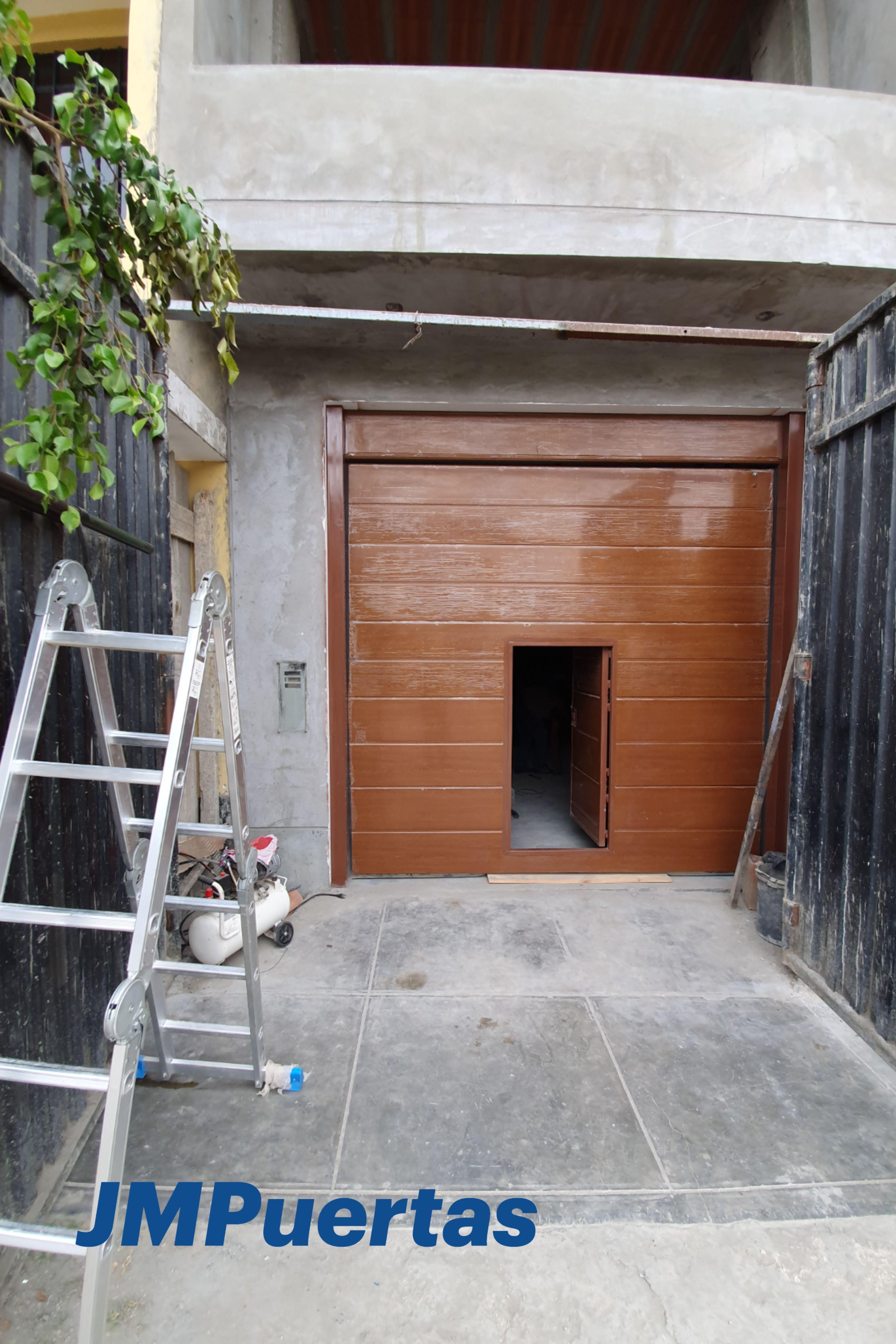 Puerta Seccional Con Puerta Peatonal Incluida En 2021 Puertas De Garaje Puertas Automaticas Seccionales