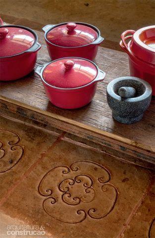 Lajotas de argila (modelo Fazenda Natural, à venda na Chão de Barro) formam o tapete de 1,20 x 4 m, que demarca o espaço da ilha central na cozinha.