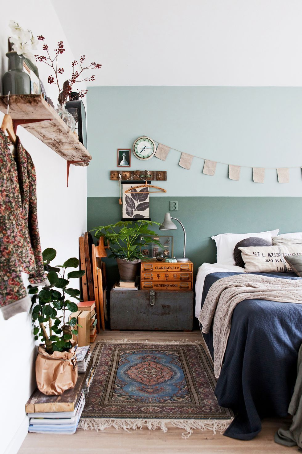 schlafzimmer im boho vintage look mit ge ner wand kelim. Black Bedroom Furniture Sets. Home Design Ideas