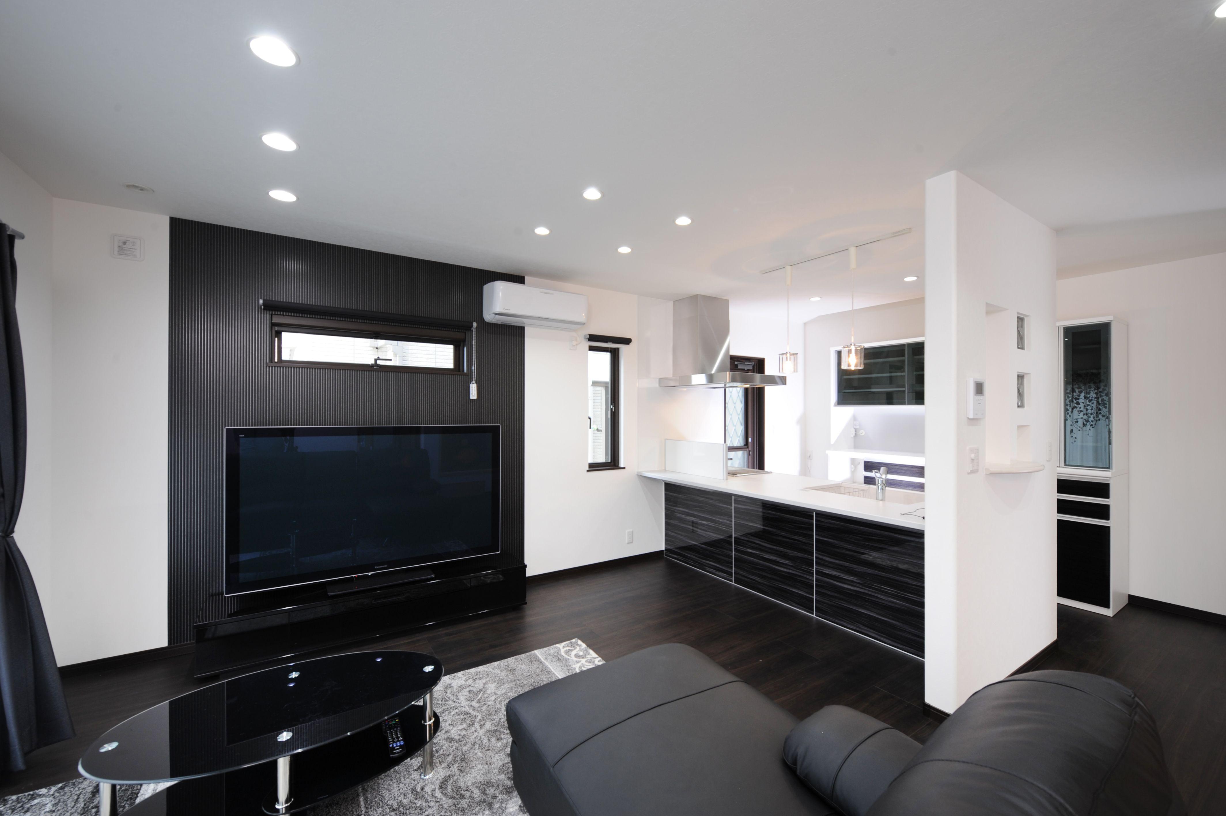 モノクロでモダンな雰囲気なお部屋に 家具やキッチンの光沢でさらにスタイリッシュに演出 スタイリッシュモダンインテリア インテリア モノクロ インテリア おしゃれ リビング