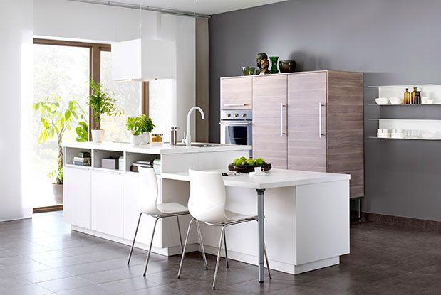 Cuisine IKEA intégrée avec îlot central aux meubles blancs et bois