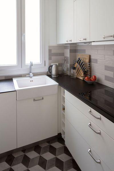 Les carreaux de ciment habillent cette petite cuisine fonctionnelle