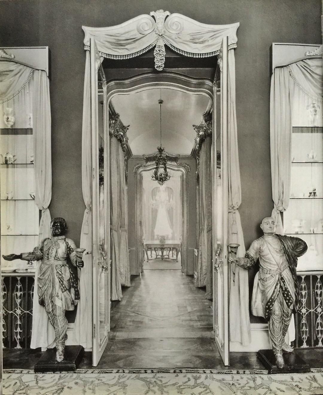 Hallway leading to the ladies rooms - The Chic Technique John Yunis 5 Belgrave Square London Sir Henry Chips Channon And Lady Honor Guinness Channon Dining Room By Stephan Boudin Of