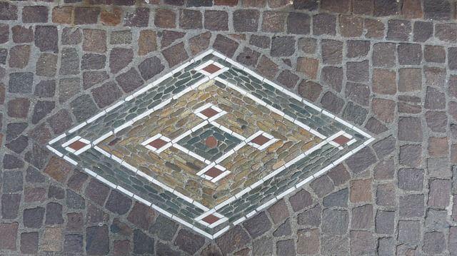 20 MOSAIC GARDEN DECOR IDEAS TO AMAZE AND INSPIRE - http://www.gardenpicsandtips.com/20-mosaic-garden-decor-ideas-to-amaze-and-inspire/