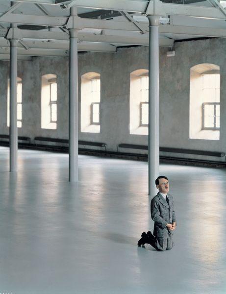 Maurizio Cattelan Him, 2001. Cire, cheveu humain, costume et résine polyester, 101x41x53 cm. © Attilio Maranzano