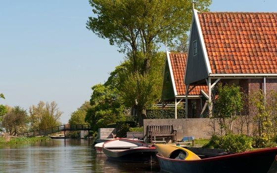 De Beemsterpolder is een meesterwerk van creatieve planning en vormt een bijzonder voorbeeld van de strijd tegen het water. Toen de inpoldering in 1612 werd voltooid, bleek het nieuwe land te bestaan uit vruchtbare klei.