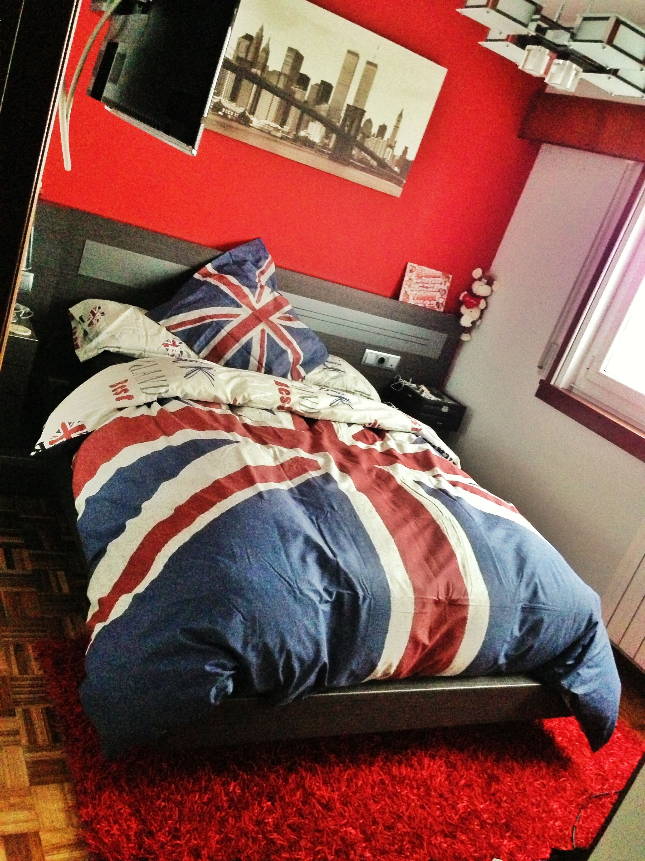 Red Statement Wall, Sloppy Unionjack Comforter