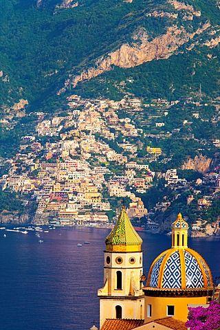 Chiesa di San Gennaro en Praiano con el pueblo en la ladera de Positano allá, La costa de Amalfi Campania Italia