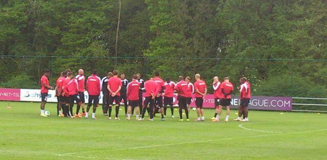 Standard de Liège - Le coach réunit ses troupes avant de démarrer la séance!