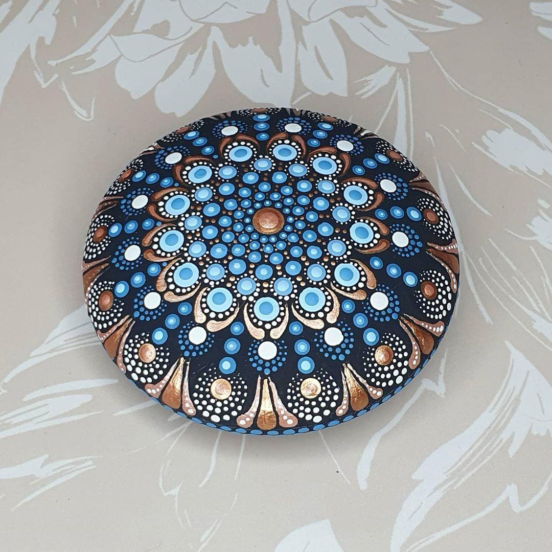 Dotart Dotpainting Dotting Mandala Dotting Angela Auf Instagram Diese Farbkombination Gehort Definitiv Zu Meinen Mandala Stones Dots Art Mandala Art