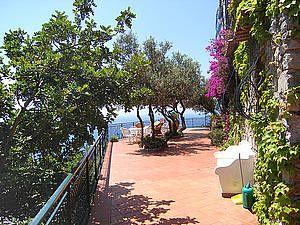 Ferienhaus: I tre Ulivi in Positano. Viel Platz zum Erholen gibt es auf der Sonnenterrasse vor dem Ferienhaus, wo Ihnen Olivenbäume Schatten spenden. www.amalfi-ferien.de