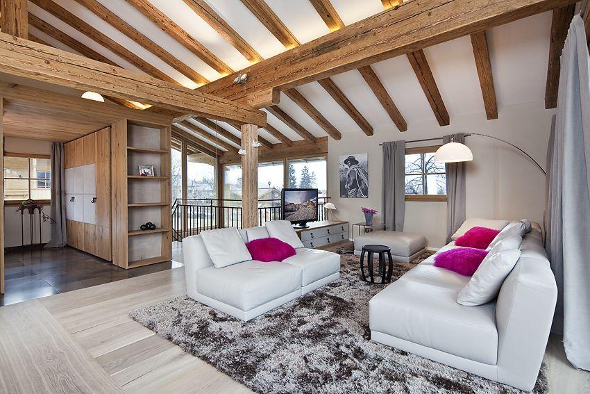 ein gem tlich offener wohnraum erstreckt sich ber das obergeschoss mit sichtdachstuhl in. Black Bedroom Furniture Sets. Home Design Ideas