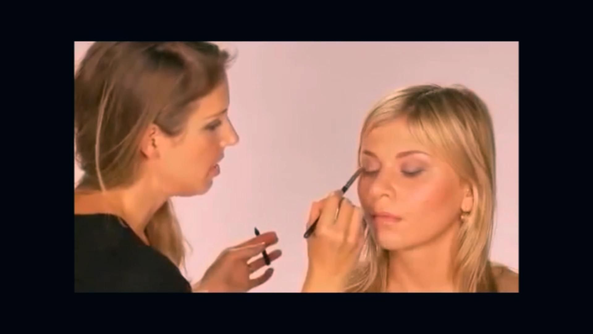 Watch this easy smoky eye tutorial and learn how to do a quick smoky eye step by step, using just three makeup products! Click over to The Guide to Getting Glam for all of the details. #easysmokyeye #makeuptips #smokyeyetutorial